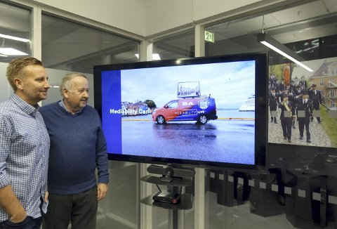 Både nyhetsredaktør Rune Eriksen (t.v.)og 17. mai-komiteformann Erik Næsgaard liker bilen på skjermen. Den vil på nasjonaldagen befinne seg midt i prosesjonene.            Foto: TOM R. HJERTHOLM
