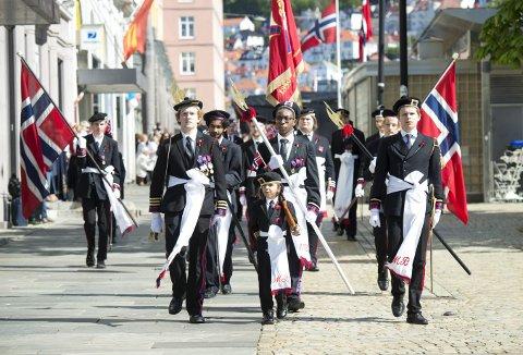 – Målet vårt når vi kommer til 17. mai og jubileumsdagen 1. juni, er at vi blir oppunder 50 gutter på linje, sier sjef Ole Anders Rognø (t.v.) – her over Torgallmenningen i fjor. (Foto: ANDERS KJØLEN)