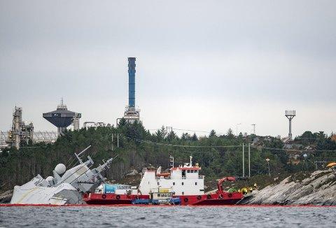 Dagslyset er kommet til Hjeltefjorden og fregatthavariet er et faktum i fjor november. MF «Flekkerøy» er allerede kalt ut på oppdrag – en jobb som viste seg å være av det langvarige slaget. (Foto:  EIRIK HAGESÆTER)