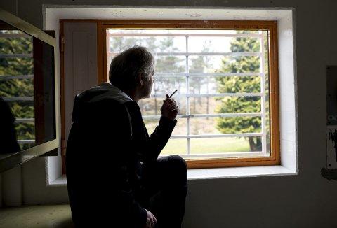 Finner trøst: Stig fant trøst i røyken da han endte bak lås og slå etter en                                   alvorlig kriminell handling. Han starter hver morgen med en sigarett. – Planen er å slutte når forbudet kommer, sier 56-åringen. ALLE FOTO: SKJALG EKELAND.