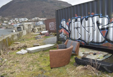 Møbler og madrasser ligger slengt bakom Øvingsparken ut mot Store Lungegårdsvannet. (Foto:  TOM R. HJERTHOLM)