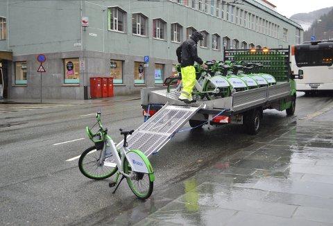 Bergenserne begynner å bli kjent med de grønne bysyklene, og denne uken settes enda flere ut i stativene – og ikke nok med det; denne uken blir det også gratis å bruke disse syklene. (Foto: TOM R. HJERTHOLM)