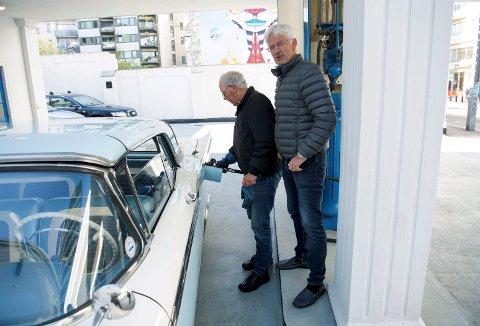 Her får Torstein Haukeland påfyll av 40 liter med spesialbensinen på sin Ford Skyliner 1959 modell. Bensinvakt er Svein Ramm. (Foto: EMIL WEATHERHEAD BREISTEIN)