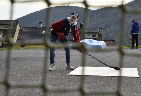 Elias Vatne (13) trener flere timer om dagen. Han og pappa Daniel Vatne har satt opp mål og matter på sletten på Montana nedenfor Ulriken.