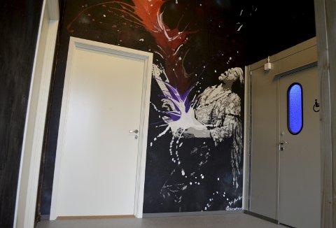 Et flott veggmaleri med motiv av selveste Jimi Hendrix tar imot toalettbrukerne på Dreggekaien. – Vi engasjerte gatekunstmiljøet i Bergen til å sette sitt preg på skurene, og det er Kube Bergen med Petter Nord som har tenkt ut motivene og valgt kunstnere og tema, opplyser etatsdirektør Lise Reinertsen. (Foto: TOM R. HJERTHOLM)