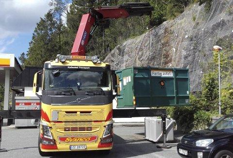 Her forsvinner den siste konteineren som ble brukt til farlig avfall. Den sto på bensinstasjonen ved Straumevegen på Bønes. (Foto: BIR)