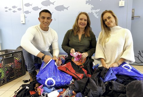 Dette er bare en brøkdel av alt som blir gjenglemt. Diaa Sami (20), Benedikte Misje Takle (48) og Rebecka Misje (26) er glade for at klærne som blir glemt igjen på Ado kan hjelpe mennesker på flukt.