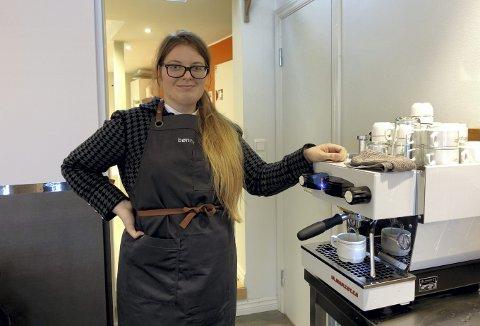 Rebecca Louise Yndesdal (21) vil bli barista. På arbeidsverkstedet Bønner får hun arbeidstrening, og i høst skal hun få baristakurs. Foto: Eva Neteland