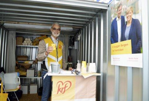 Det å by på en kopp kaffe fra valgboden er Ingmar Ljones godt kjent med. Her fra den lille stålcontaineren som utgjør  KrFs  valgbod 2019. (Foto: TOM R. HJERTHOLM)