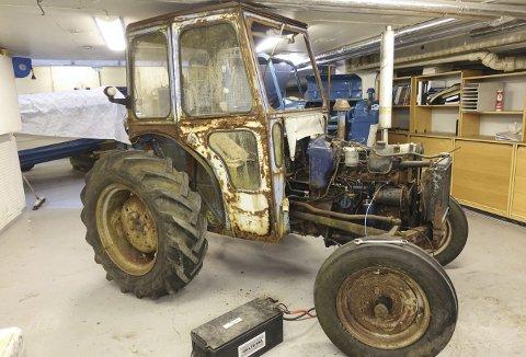 Et første møte med denne traktoren kan skremme hvem som helst. Men snart går en topp motivert gjeng løs på det som ganske sikkert blir en omfattende jobb. Traktoren av merket British Leyland 154 skal bli som ny. (Foto: TOM R. HJERTHOLM)