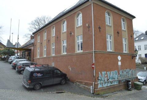 Dette bildet, som viser både uønsket tagging på flere vegger og sliten bygning, tok vi i 2017. (Foto: TOM R. HJERTHOLM)