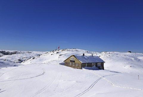 Der Tranehytten ligger i Svartebotn, er det flotte forhold for skiåing -og ser du at vimpelen er oppe, er det også folk i hytten. I bakgrunnen skimtes radiomasten på Rundemanen.  (Foto:  SPORTSKLUBBEN TRANE)