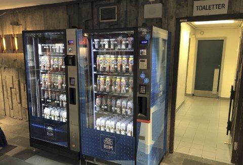 Her to av de nye Tine-automatene som finnes i foajeen i Haukelandshallen. Automatene bidrar ikke til penger i kommunekassen. – Vi har valgt noe lavere priser ut til våre brukere i stedet for en provisjon til oss, forklarer idrettsdirektøren. (Foto: PRIVAT)