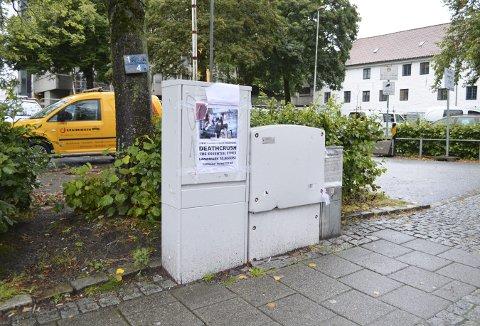 El-skapet vis-à-vis det gamle Sparebanken Vest-bygget i Peter Motzfeldts gate er tilbakeført til en humørløs tilstand. Og som en ser, trekker grått til seg plakatklistrere og taggere. (Foto:  TOM R. HJERTHOLM)