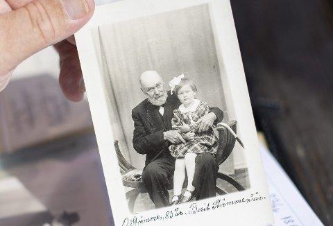 Den eldre herren er Moldestad temmelig skråsikker på er Ole Olsen Strømme som døde ikke lenge etter at dette bildet ble tatt. Kanskje etterkommere til læreren, kirkesangeren og ordføreren fra Austevoll kan gi lyd fra seg til Moldestad. Dette bildet og annet ligger i en gjenglemt mappe. (Foto: EMIL WEATHERHEAD BREISTEIN)