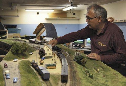 Ole Palerud er lidenskapelig opptatt av modelljernbane, og denne helgen er han med og arrangerer modelljernbanemesse i Turnhallen på Slettebakken – for 30. gangen.  Lørdag kl 11-1700 og søndag 11-16. Foto:  BA