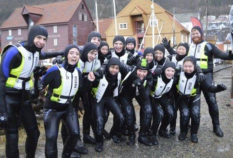 Lettet og fornøyd: «Trygg i vann»-prosjektet er populært, og her er elevene i klasse 10 E fra Rothaugen skole kommet på land etter en skikkelig dukkert i sjøen. Foto: TOM R. HJERTHOLM