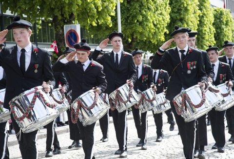 Slagergjengen til Skansens Bataljon med sølvtrommene som bataljonen ble påspandert i 1992. Fortsatt er trommene like pene. Her fra 17. mai og oppover Ole Bulls plass i fjor. Foto: ANDERS KJØLEN
