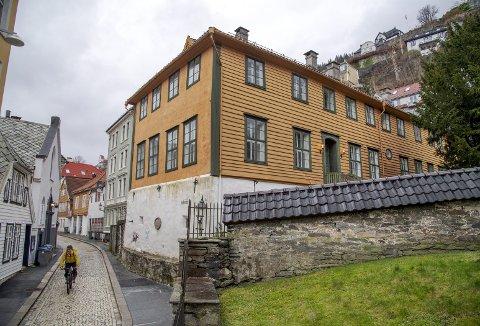 Den gamle Latinskolen ved Domkirken har fått et skikkelig løft både utvendig og innvendig.  Ett av mandagsforedragene tar og for seg skolene i Bergen gjennom 900 år.Foto: EIRIK HAGESÆTER