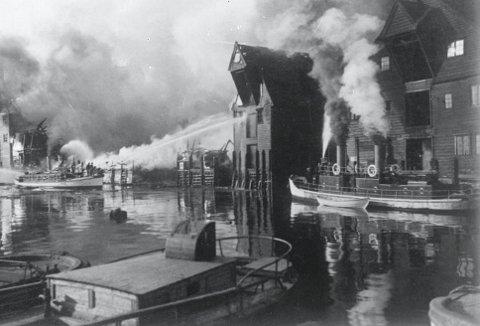 Disse sjøsprøytene gjorde en formidabel innsats under storbranner. Her fra Langfredagsbrannen 1925 på Nordnes. – Fra flere steder rundt i verden, kom brannfolk for å studere disse brannbåtene som var helt unike. Alle «så» til Bergen, da de selv skulle anskaffe seg båter. FOTO: UIB