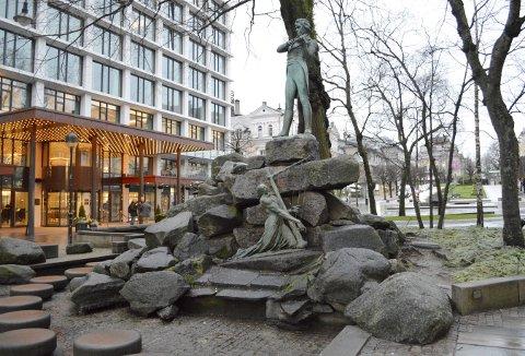 Det har vært en del endringer i plassen rundt Ole Bull- statuen opp gjennom årene. Den siste og mest omfattende var i forbindelse med den internasjonale Melodi Grand Prix-finalen i mai 1986. Da kom bla. «hoppesteinene» for barn på plass. Foto: TOM R. HJERTHOLM