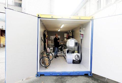 Bybonden Ida Kleppe er fornøyd både med plasseringen og ikke minst innholdet i den unike konteineren som det bare finnes én av i Norge – nemlig denne på Marineholmen som er pilot på det som kan bli en kompostring flere plasser i bykjernen. Foto: TOM R. HJERTHOLM