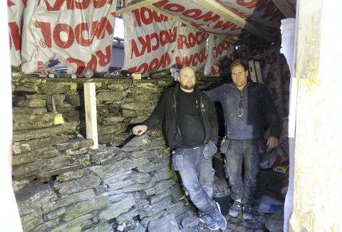 For fem år siden måtte murere i sving med nødhjelp til tørrmuren som muligens ble reist i 1702. Nå er det Cenneth Brekke (t.v.) og Tony Sletten som må i aksjon. Foto: TOM R. HJERTHOLM