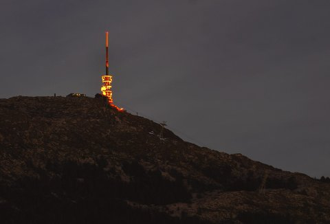 Det er noe eget når det fargede lyset er å se på Ulrikens topp. Som her, da vår fotograf var på plass med apparatet for snart ett år siden. Foto: EMIL WEATHERHEAD BREISTEIN