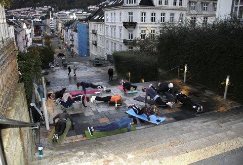 Bergen sentrum er så smått våknet til en ny dag, tempen er ikke mye over null – og øverst oppe i Johanneskirketrappen er allerede morgengymmen i gang. Foto: TOM R. HJERTHOLM