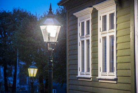 De nye lampene lyser opp gaten på en helt annen måte enn de gamle lyktene. Beboere i strøk der det tidligere ikke var skikkelig lys, får nå en helt annen hverdag. Foto: EIRIK HAGESÆTER