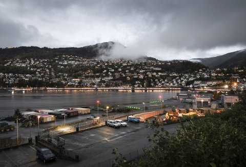 Tviler på at noen andre i Bergen by, eller Norge for den del, har en lyslenke like lang som den som beboerne i Fløen og Kalfarveien har foran seg mot vannet. Foto: RUNE JOHANSEN