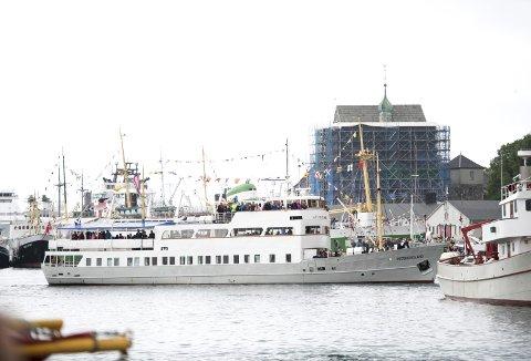 MS Midthordland er en sommerbåt, uten varme om bord til å holde det gående til langt utover høsten. Men når det først er sommer, er den en av båtene som er mest i bruk. Her er det nokså fullt om bord under Fjordteam for to år siden. Foto: SKJALG EKELAND