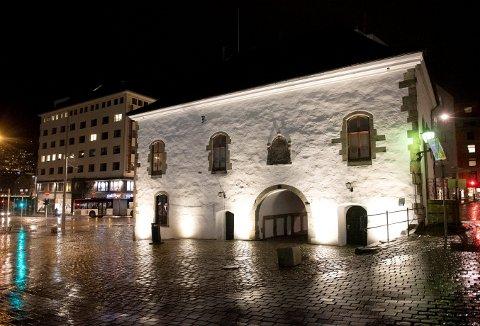 Muren fortjener bare det beste. Sentralt beliggende ved inngangen til Nordneshalvøyen, får bygningen fra siste del av 1500-tallet , et ekstra historisk sus over seg, når det nå blir mørkt.  Foto: MAGNE TURØY