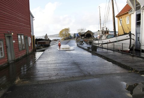 Nå er alt ryddet bort i påvente av arbeidet på ny kai. Vanligvis er det tett i tett med veteranbåter som står på land for stell lenger ute. Foto: TOM R. HJERTHOLM
