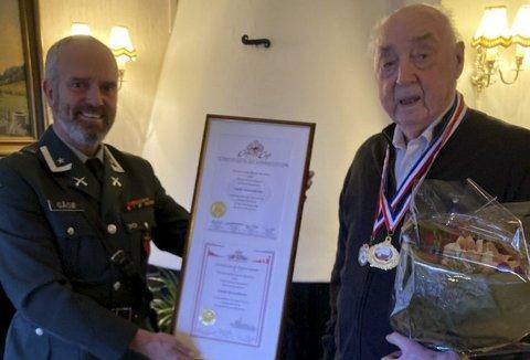 Jakob Strandheim fikk synlige bevis på at historien fortsatt huskes også på andre siden av Atlanteren, og det er sjef ved Bergenhus festningsmuseum, major Harald Gåsø, som fikk det hyggelige oppdraget å møte veteranen som nå nærmer seg 101 år. Foto: PRIVAT