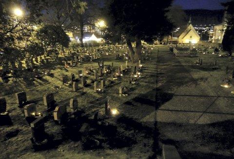En kikk innom byens mange gravplasser denne julen viste at flere og flere går over til batteridrevne lykter og gravlys. Men tenker vi egentlig over hva som videre skjer med batteriene, når lykten har sloknet. Foto: TOM R. HJERTHOLM