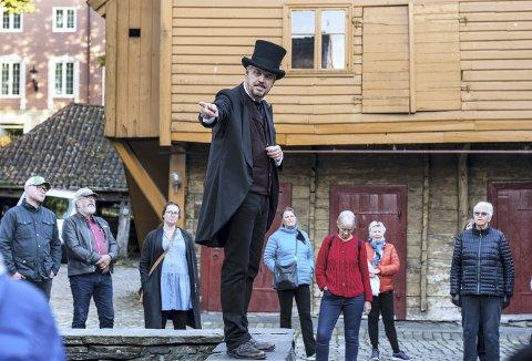Teatervandringen 950 år på 95 minutter med bla. Lars Voss Sørhus ble veldig populære, og vandringen som går gjennom byens historie fra Rosenkrantztårnet til Den Rosenkrantzke murbygning, fortsetter nå i januar. Foto: GUNN KRISTIN MONSEN
