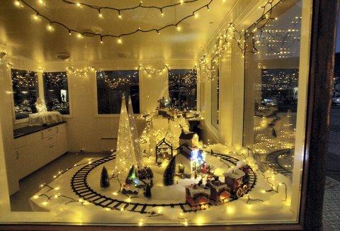 Med helt enkle midler og masser av julelyslenker, er Sporveiskiosken med og gir førjulstiden i Laksevågparken et ekstra løft. Foto: MORTEN ELIASSEN