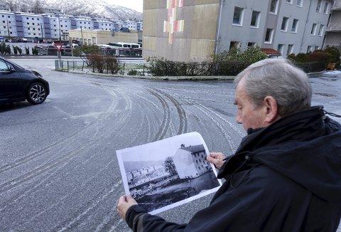 Svein Herland ser på motivet fra rundt 1960 med Sporveiens garasjer på Mannsverk i bakgrunnen, og marsjerende Natlands Bataljon passerer blokkene i Natlandsveien. Foto: TOM R. HJERTHOLM