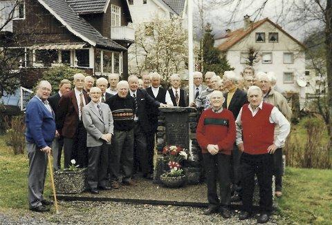 8. mai 1996 står gruppen Årstad-gutter og minnes -Arnljot Dahl (27 år), Einar Evensen (39 år), Erling Fleten (27 år), Svein Nygaard (22 år), Finn Pedersen (27 år) og Oscar Solheim (24 år) som alle ble krigens ofre. Dette flotte minnesmerket er nå borte for alltid. Foto: KARL SEBAKS ALBUM
