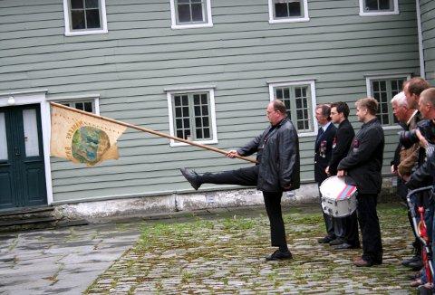 Arild Lilleskare med fanen, går i kveld i bresjen for å skaffe Markens en helt ny fane - og med et helt nytt stiftelsesår på fanen. Foto: BA