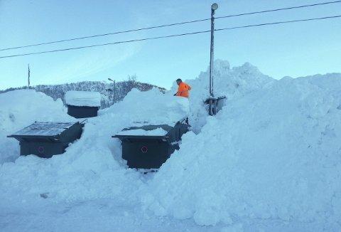 Tord Nilsen er vanligvis kontrollør hos Bir, men vinteren for fem år siden måtte han finne frem snøskuffe og måke frem konteinerne for hytterenovasjonskonteinere. Foto: BIR