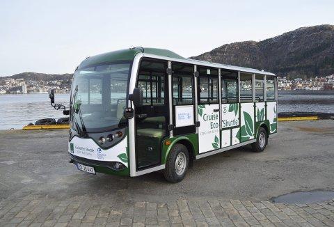 De kinesiskproduserte minibussene med 16 sitteplasser kommer til å prege bybildet i sterk grad i hele turistsesongen. Den har allerede hatt en rundtur med passasjerer fra den italienske cruisebåten, «AIDAaura». Kommende uke venter det flere. Foto: TOM R. HJERTHOLM
