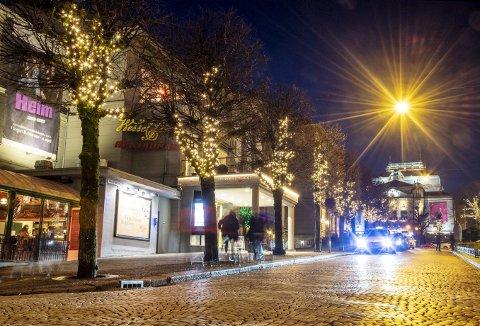 Øvre Ole Bulls plass – ikke en lille julaften, men derimot en tirsdag kveld tidlig i februar. – Vi kaller det vinterbelysning, sier kommunen. Mange håper det blir værende en stund til. Foto: EIRIK HAGESÆTER