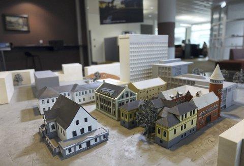 Kanskje kan det fremtidige Rådhuskvartalet tåle et par nye bygninger «av vår tid», mener seniorarkitekt Stein Furru. Alle de øvrige bygningene er fra egne tidsepoker, så derfor ser han for seg at   det kan komme noe fra 2000-tallet. Her modellen som står utstilt hos kommunens Innbyggerservice i Kaigaten. Foto: TOM R. HJERTHOLM