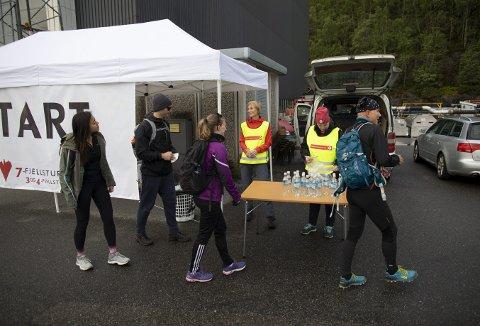 Her er vi ved starten på 7-fjellsturen siste mai-søndagen i fjor. Og her i Gravdal var det frivillige som med et morgensmil tok imot de mange tusen.                                          Foto: EMIL WEATHERHEAD BREISTEIN
