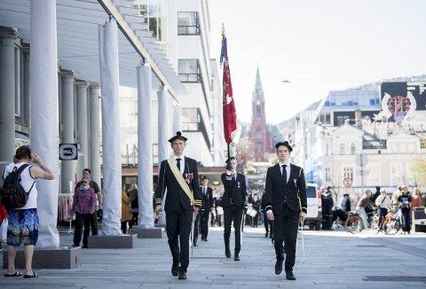 Her kommer Gustav Jon Udd Sundvor (t.v.) i spissen for den lille troppen som representerte Nordnæs Bataillon sist lørdag. Dette var første gangen han tok på seg sjefsuniformen denne sesongen. Foto: SKJALG EKELAND