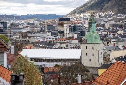 De omfattende arbeidene på Bergen Domkirke er ikke vanskelige å få øye på. «Innpakningen» ruver godt i landskapet. Foto: EIRIK HAGESÆTER