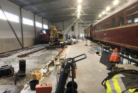 Det nye verkstedet for historisk jernbanemateriell er tatt i bruk og med god fremdrift, selv om dette bildet viser et stille øyeblikk.
