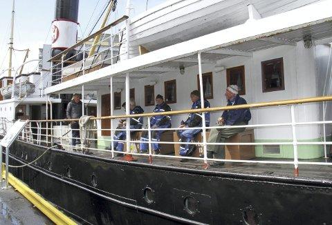 Det er spisepause på dugnadstirsdagen om bord på Stord 1. Her er en del av den harde kjerne med frivillige, og disse pensjonistene får nå mer enn god tid på det de holder på med, når båten blir liggende ved kai hele sommeren igjennom. Foto: TOM R. HJERTHOLM
